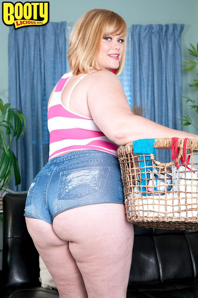 Overweight model Marcy Diamond unsheathes her hefty ass from denim cut-offs to pose nude