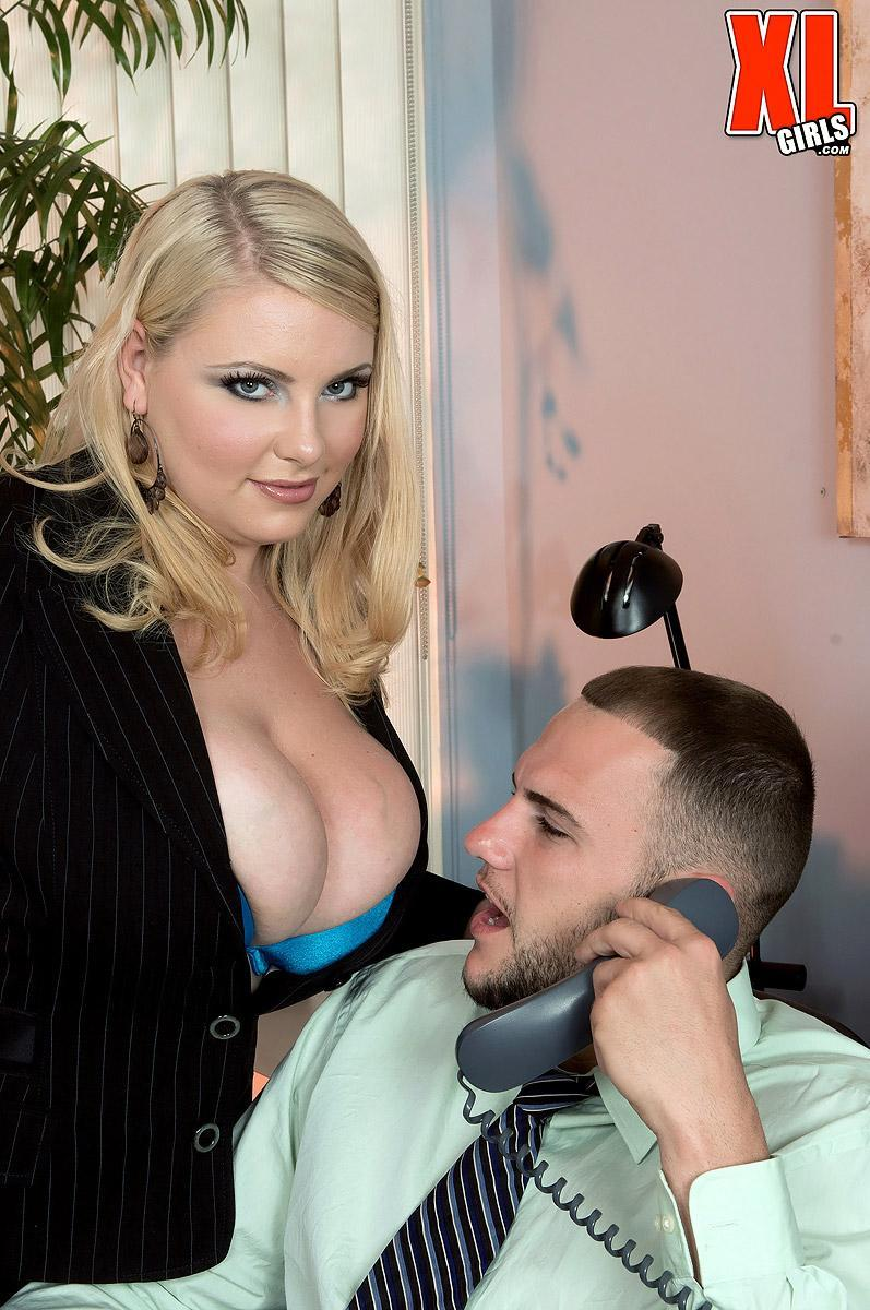Platinum-blonde BIG SEXY LADY assistant Scarlett Rouge seducing her manager for sex on office place desk