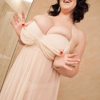 Plumper dark haired solo girl Lila Payne posing non naked in restroom
