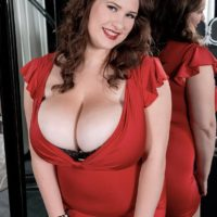 Curvaceous stunner Jennica Lynn unleashing huge all-natural knockers from brassiere