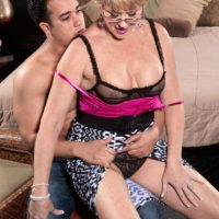 Experienced fair-haired dame Tracy Licks has herhefty boobs liberated before giving a BJ and handjob