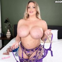 Beautiful MILF Holly Wood sets her increased titties loose of a brassiere after dirty dancing her caboose