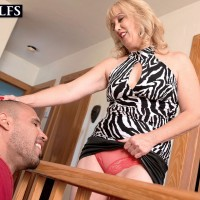 Aged blonde cougar Rebecca Williams seducing younger dude for sex on bed