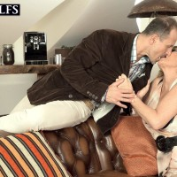 Mature ash-blonde broad gets around to delivering a blow-job after foreplay in tights