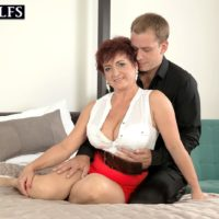 Senior gal Jessica Enticing lets her enormous boobs cable up while getting nailed by her man toy