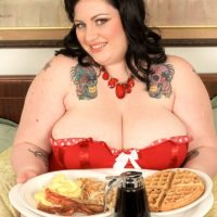 SSBBW Glory Foxxx engages in oral and vaginal sex while licking a hefty breakfast