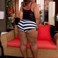 Fatty ebony gal Lareina demonstrates her her huge bubble bootie in a g-string and pumps