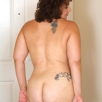 Chubber older dame reveals her tats while undressing naked after playing tennis